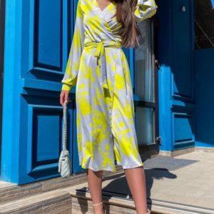 Заказать желтое женское яркое платье из шелка на запах с принтом выгодно