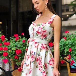 Заказать белое женское короткое платье с цветочным принтом на широких бретельках недорого
