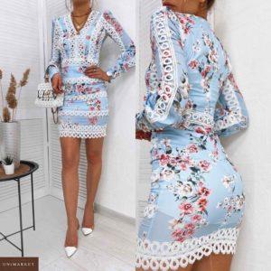 Заказать голубое женское платье с рукавом фонариком в цветочный принт с кружевом (размер 42-48) по скидке