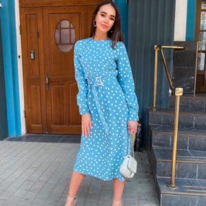 Купить голубое женское закрытое платье миди в горошек с поясом по низким ценам