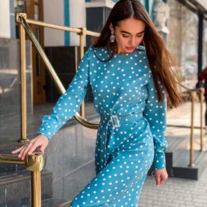 Заказать голубое женское закрытое платье миди в горошек с поясом по скидке