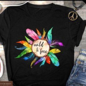 Купить женскую черную футболку с принтом ловец снов с яркими перьями в Украине