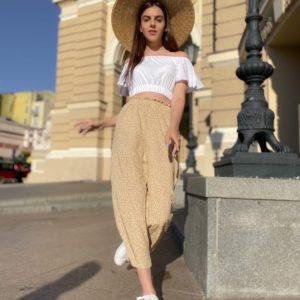 Купить женские укороченные брюки бежевого цвета из штапеля с принтом по низким ценам