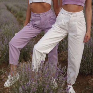 Купить белые, сиреневые женские джинсы-бананы с защипами в Украине