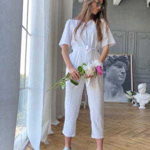 Купити жіночий укорочений комбінезон молочного кольору з льону з поясом по знижці
