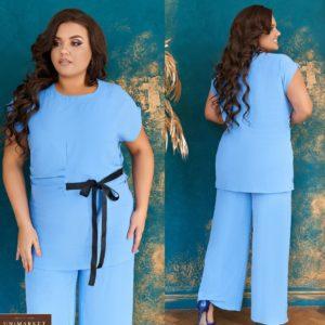 Заказать голубой женский легкий брючный костюм с элегантным контрастным бантиком (размер 48-66) онлайн
