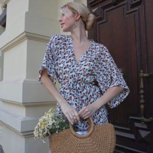 Купити для жінок прінтованний костюм білого кольору з поясом: кофта та шорти (розмір 42-54) за низькими цінами
