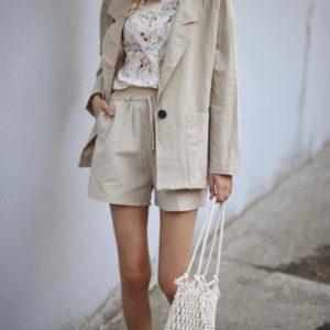 Купити костюм для жінок з льону з шортами і подовженим піджаком бежевого кольору онлайн