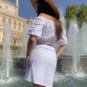 Приобрести белый костюм хлопковый с вышивкой для женщин топ с открытыми плечами+юбка в Украине