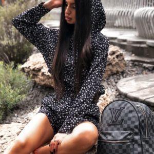 Купити чорний прінтованний костюм для жінок: кофта з капюшоном + шорти вигідно