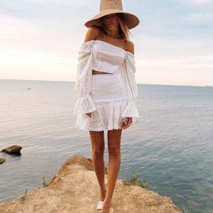 Купить женский белый костюм из прошвы: топ с открытыми плечами и юбка с оборками в Украине