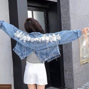 Заказать женскую голубую джинсовую куртку с вышивкой цветы и бахромой из камней выгодно