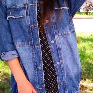 Купить женскую синюю удлиненную джинсовую куртку с карманами по скидке