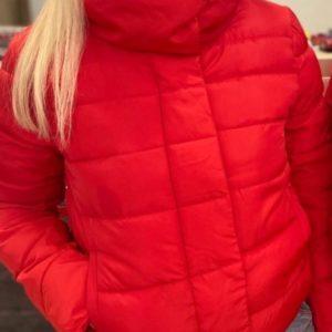 Заказать красную женскую синтепоновую куртку с карманами с высоким воротником выгодно