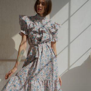 Купити закриту сукню жіночу на літо з льону з рюшами в квітковий принт сіру розміру 42-58 в Україні
