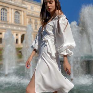 Купить белое платье длины миди на запах с длинными пышными рукавами для женщин (размер 42-50) выгодно