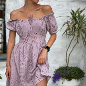 Заказать нежное женское пудровое платье из прошвы с открытыми плечами недорого