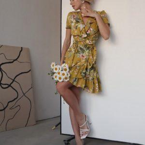 Купити гірчичну жіночу сукню з льону на запах з квітковим принтом і воланами по знижці