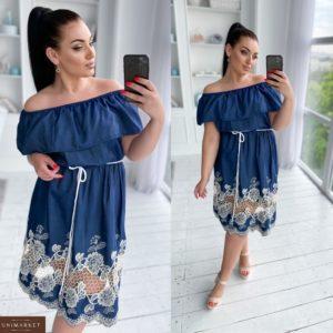 Купить синее женское джинсовое платье с вышивкой с открытыми плечами (размер 50-56) онлайн