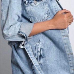 Купить женское голубое джинсовое платье-рубашка с карманами по скидке