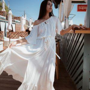 Приобрести женское воздушное с поясом летнее белое платье из жатого льна размера 42-52 недорого