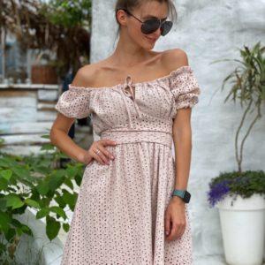 Купить бежевого цвета нежное платье из прошвы с открытыми плечами для женщин по скидке