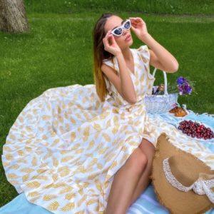 Приобрести желтый длинный сарафан на запах с принтом листья для женщин по скидке
