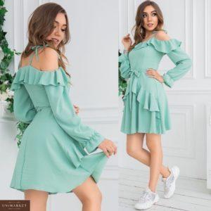 Купить женское платье небесно бирюзового цвета с открытыми плечами, рюшами и длинным рукавом (размер 42-48) по скидке
