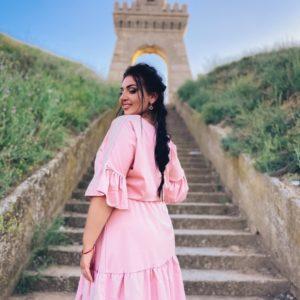 Заказать пудра женское платье с поясом из софта с рукавами-воланами (размер 42-56) по скидке