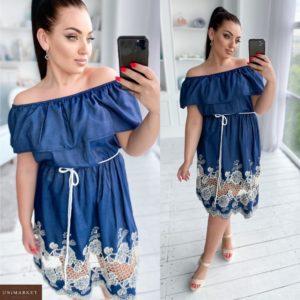 Приобрести синее женское джинсовое платье с вышивкой с открытыми плечами (размер 50-56) недорого
