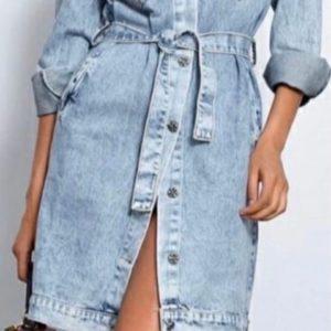 Заказать женское голубое джинсовое платье-рубашка с карманами дешево