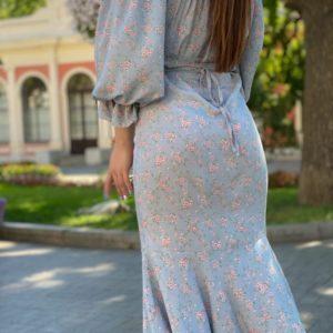 Купить нежное с открытыми плечами женское принтованное платье миди (размер 42-48) голубого цвета выгодно