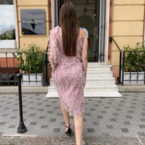 Заказать женское асимметричное платье цвета пудра с имитацией перьев размера S-L по низким ценам