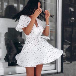 Заказать платье белого цвета мини на запах для женщин в мелкие сердечки размера 42-50 батал дешево