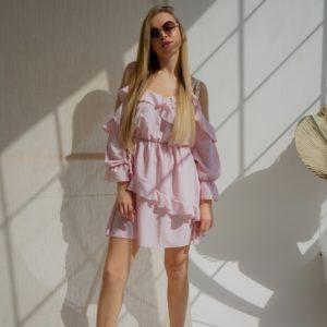 Купить женскео Платье с рюшами кроя летучая мышь цвета пудра (размер 42-58) выгодно