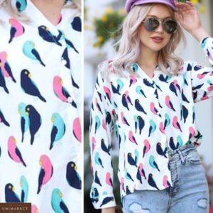 Приобрести белого цвета легкую рубашку с принтом птицы для женщин размера 42-48 по низким ценам