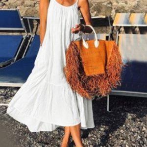 Приобрести женский oversize сарафан белого цвета из жатки на бретельках (размер 42-52) выгодно
