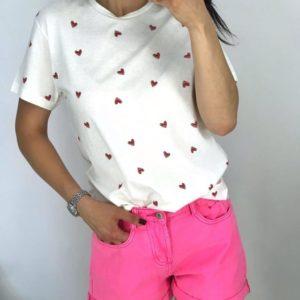Купить женскую белую футболку с маленькими красными сердечками выгодно