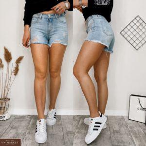Придбати жіночі світлі джинсові шорти з необробленим краєм і потертостями блакитного кольору дешево
