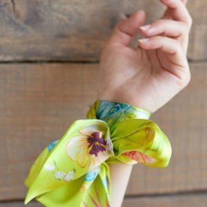 твилли лента на руку желтого цвета с цветочным принтом дешево
