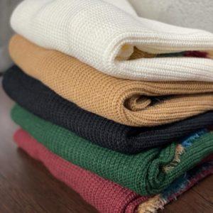 Приобрести желтый, черный, зеленый красный Вязаный свитер с цветным мехом на рукавах женский дешево