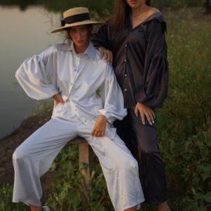 Купить женскую с пышными спущенными рукавами блузку черного и белого цвета в вертикальную полоску (размер 42-58) по скидке