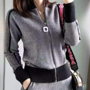 Купить серого цвета прогулочный костюм на змейке плотной машинной вязки для женщин выгодно