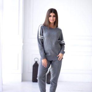 Заказать серый прогулочный женский костюм машинной вязки с манжетами онлайн