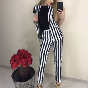 Купить женский брючный костюм черно-белого цвета в вертикальную полоску с жилеткой хорошего качества