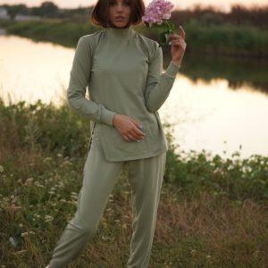 Купить оливковый Прогулочный костюм с гольфом по скидке