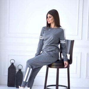 Купить серого цвета женский прогулочный костюм машинной вязки с манжетами выгодно