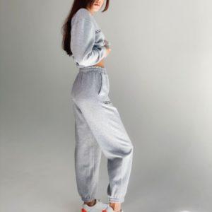 Заказать серый женский спортивный костюм с вышивкой на тонком флисе (размер 42-48) на осень по скидке
