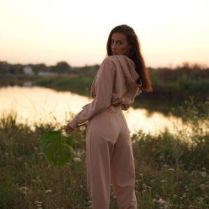 Приобрести пудровый Спортивный костюм с укороченным худи с капюшоном для женщин дешево