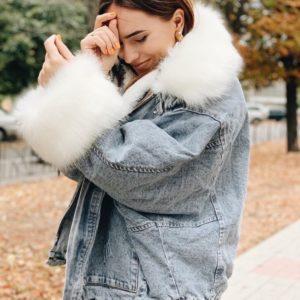 Заказать голубую женскую теплую джинсовку оверсайз с белым мехом онлайн